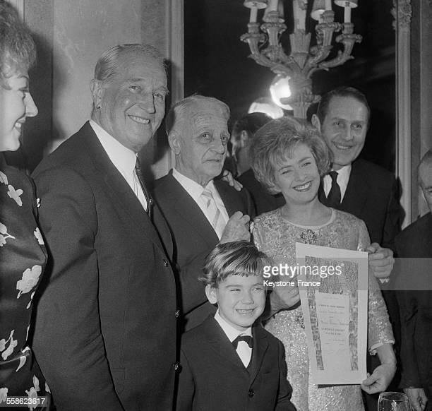 Henri Varna directeur du Casino de Paris et du Theatre Mogador recoit la medaille d'argent de la ville de Paris au cote de la chanteuse Mick Micheyl...