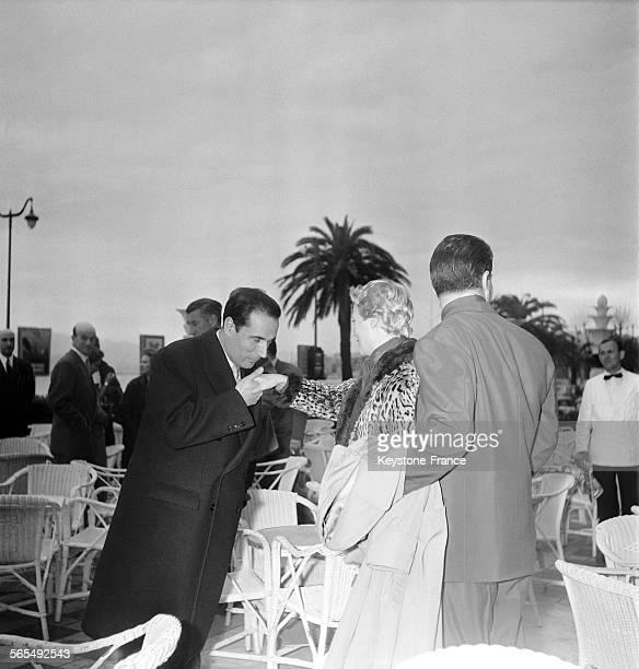 Henri Vidal Michèle Morgan et François Mitterrand sur la terrasse de l'hôtel Carlton pendant le Festival international du film à Cannes France en 1956