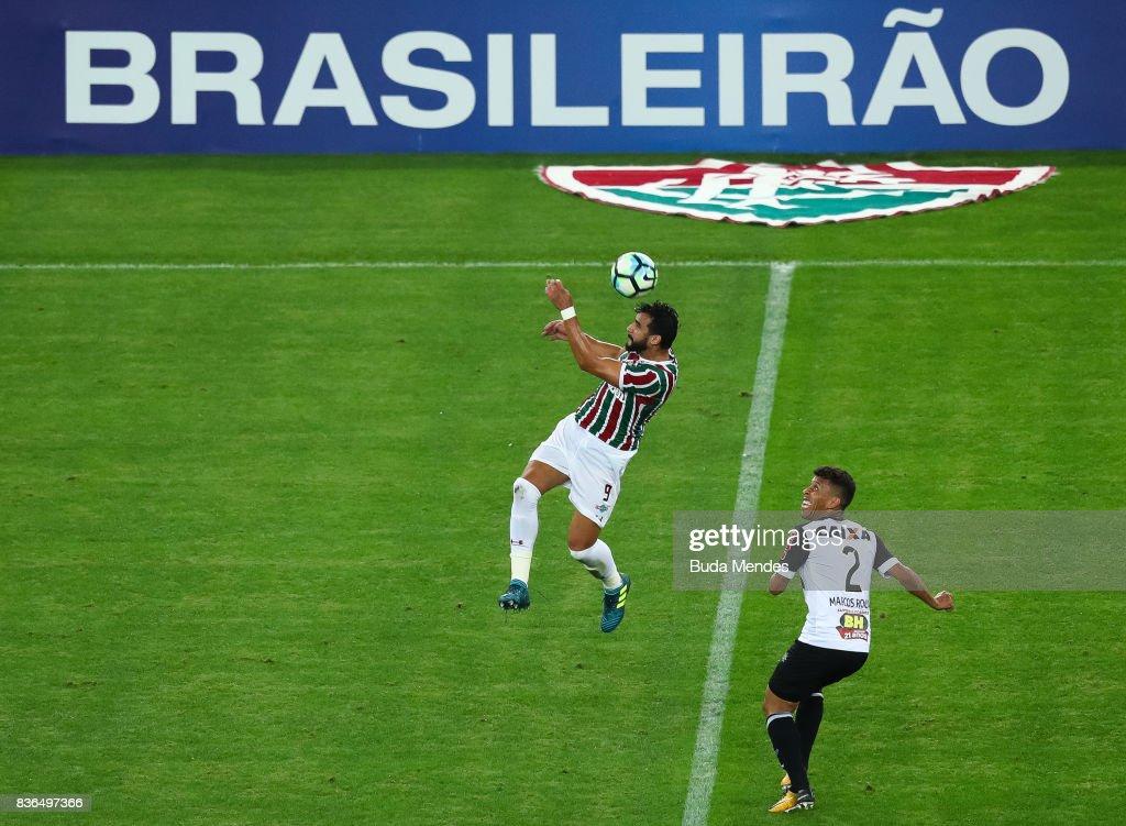 Henrique Dourado (L) of Fluminense struggles for the ball with Marcos Rocha of Atletico MG during a match between Fluminense and Atletico MG part of Brasileirao Series A 2017 at Maracana Stadium on August 21, 2017 in Rio de Janeiro, Brazil.