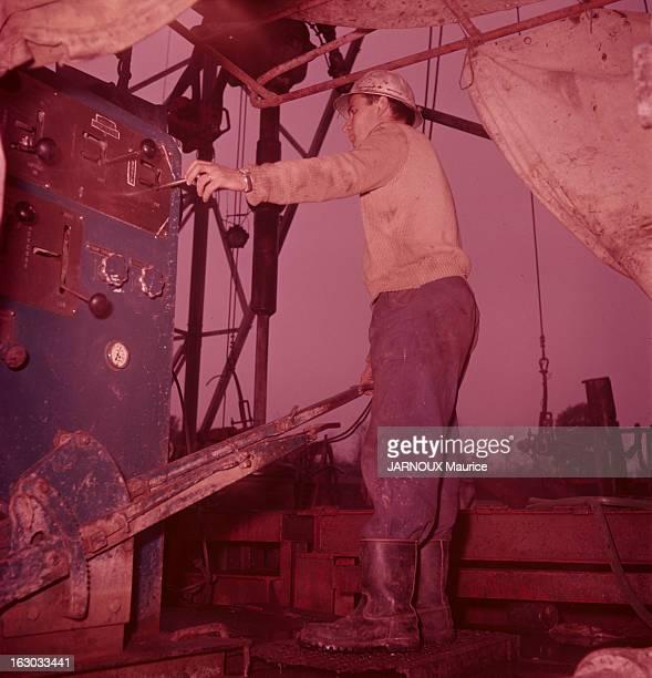 HenriRey Betbeder Master Driller In Lacq ux commandes de son appareil de forage l'œil fixé sur les cadrans de contrôle Henri surveille la descente du...