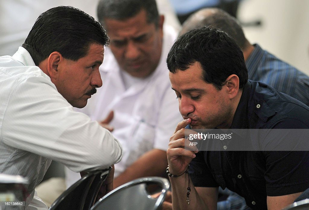 Henry Farinas (R), the alleged target of the attack that killed Argentine singer and songwriter Facundo Cabral on July 9, 2011, and other convicts attend an appeal hearing in which the lawyers will try to prove that their clients are not guilty of the crimes for which they were convicted, in Managua, on February 19, 2013. Farinas was sentenced to 30 years in prison on charges of drug trafficking, money laundering and organized crime association. AFP PHOTO/Hector RETAMAL