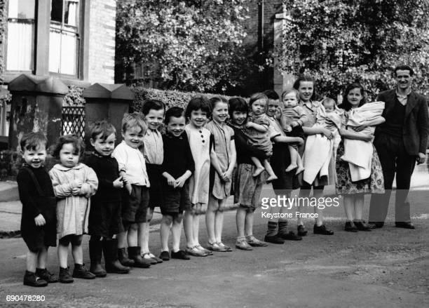 Henry O'Hare et son épouse posent avec 15 de leurs 16 enfants tous âgés de moins de 17 ans et sont ainsi la famille la plus nombreuse du pays le 27...