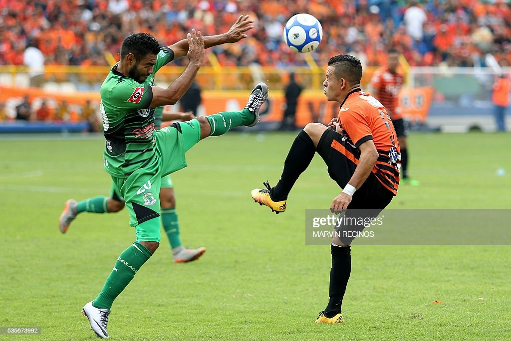 Henry Romero (L) of Aguila vies for the ball with Cristian Sanchez (R) of Dragon during their 2016 El Salvador's Clausura tournament final football match in San Salvador on May 29, 2016. / AFP / Marvin RECINOS