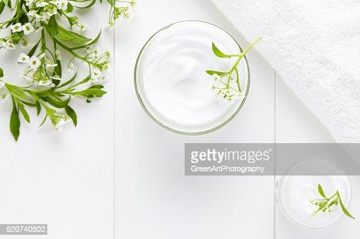 Cosmetici a base di erbe con fiori crema viso pulito, prodotti per la cura della pelle : Foto stock