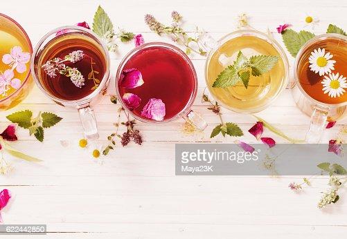 Chá de Ervas em um fundo de madeira branco : Foto de stock