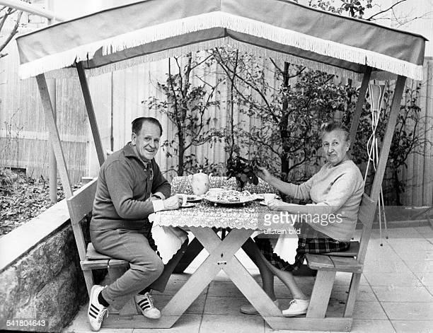 Herberger Josef *28031897Sportler Trainer Fussball D mit Ehefrau Eva am gedeckten Kaffeetisch auf der Terrasse seines Hauses in Weinheim Hohensachsen...