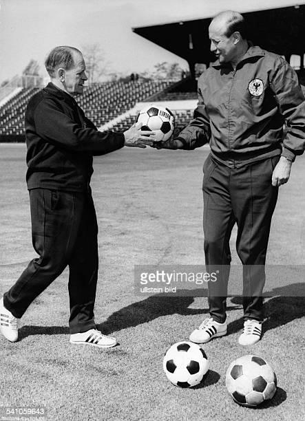 Herberger Josef *28031897Sportler Trainer Fussball D ueberprueft mit seinem Assistenten und baldigen Nachfolger Helmut Schoen auf einem Fussballplatz...