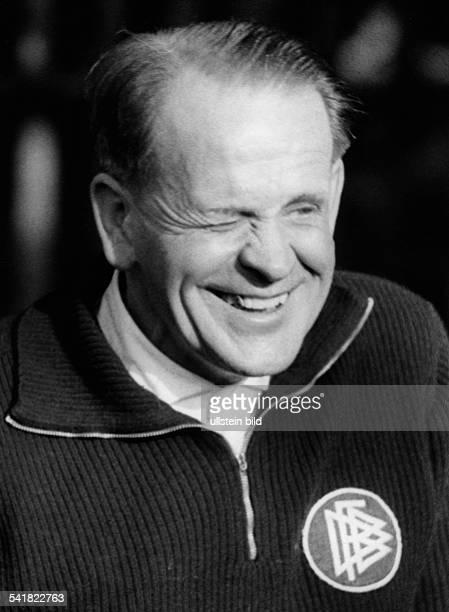 Herberger Josef *28031897Sportler Trainer Fussball D Porträt im DFBPullover oJ Veröffentlicht am id BZ