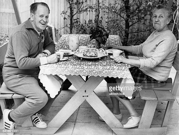 Herberger Josef *28031897Sportler Trainer Fussball D sitzt im Trainingsanzug mit seinerEhefrau Eva zu Hause in WeinheimHohensachsen auf Terrasse am...