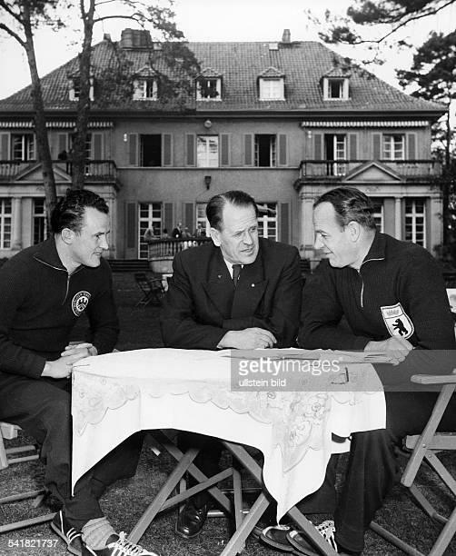 Herberger Josef *28031897Sportler Trainer Fussball D Bundestrainer Herberger sitzt im Anzug zusammen mit Gerhard Graf und 'Hanne' Sobek an einem...
