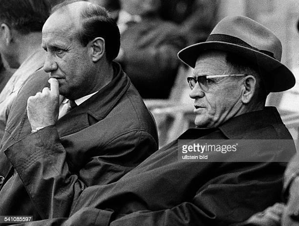 Herberger Josef *28031897Sportler Trainer Fussball D sitzt mit Brille und Hut neben Helmut Schoen 1964