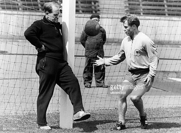 Herberger Josef Sportler Trainer Fussball D mit Klaus Stürmer beim Training Mai 1961