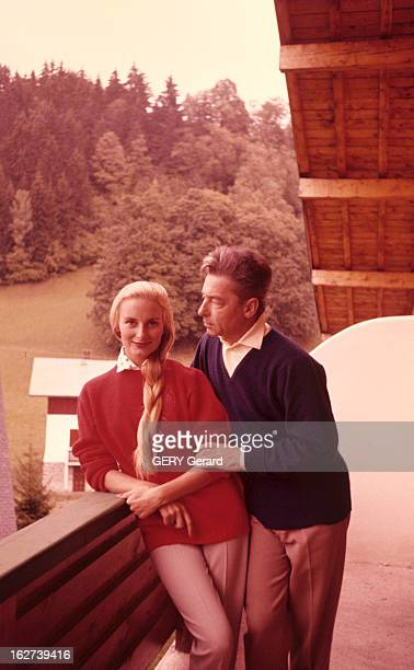 Herbert And Eliette Von Karajan At The Mountain En 1959 le chef d'orchestre Herbert VON KARAJAN en vacances à la montagne enlace sa femme Eliette sur...