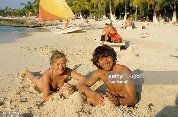 Herbert Herrmann Jutta Speidel am Rande der ZDFSerie 'Traumschiff' Folge 6 'Cayman Islands' Dreharbeiten Karibik Schauspielerin Meer Boot Segelboot...