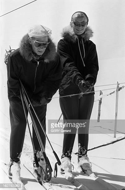 Herbert Von Karajan And His Wife En 1959 à la montagne aux sports d'hiver le chef d'orchestre autrichien Herbert VON KARAJAN et sa femme Eliette VON...