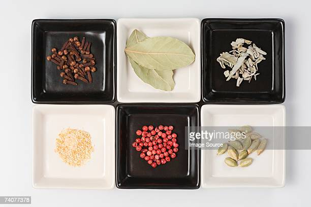 Des plantes aromatiques et épices à des plats