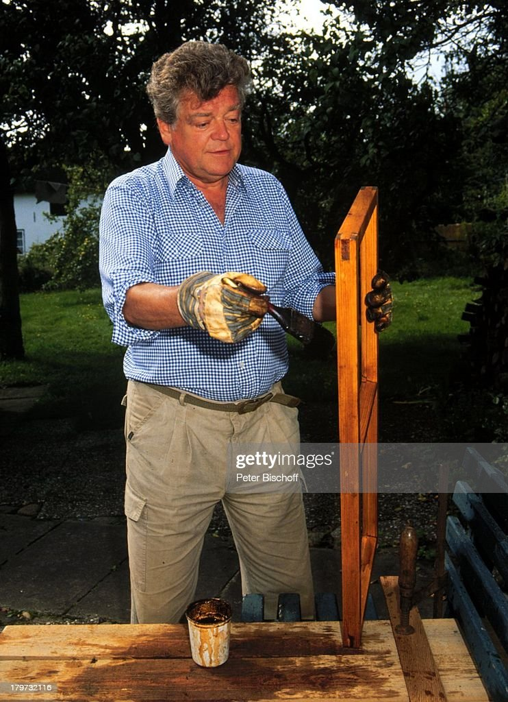 hermann prey im garten seines bauernhauses auf amrum arbeit pictures getty images. Black Bedroom Furniture Sets. Home Design Ideas