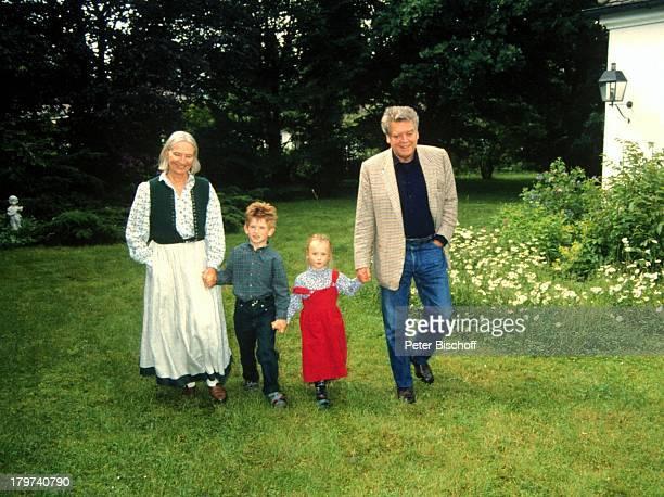 Hermann Prey mit Ehefrau Barbara undEnkelkindern Valentin und HenrietteMünchen Homestory