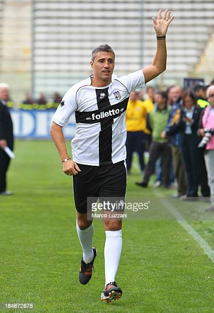 Hernan Crespo of Stelle Crociate salutes the crowd before the 100 Years Anniversary match between Stelle Crociate and US Stelle Gialloblu at Stadio...