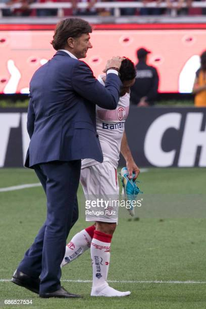 Hernan Cristante coach of Toluca comforts Antonio Nelson after the semi final second leg match between Chivas and Toluca as part of the Torneo...