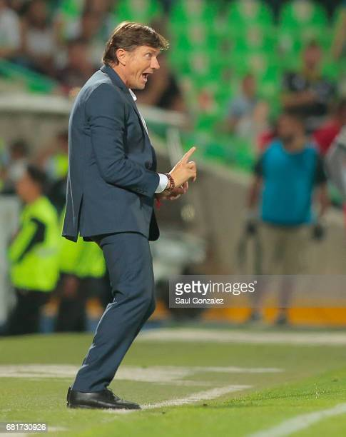 Hernan Cristante coach of Toluca gives instructions to his players during the quarter finals first leg match between Santos Laguna and Toluca as part...