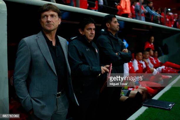 Hernan Cristante coach of Toluca looks on during the quarter finals second leg match between Toluca and Santos Laguna as part of the Torneo Clausura...