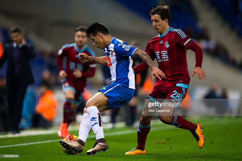 Hernan Perez (L) of RCD Espanyol controls the ball next to Mikel Oyarzabal (R) of Real Sociedad de Futbol during the La Liga match between RCD Espanyol and Real Sociedad de Futbol at Cornella-El Prat Stadium on February 8, 2016 in Barcelona, Spain.