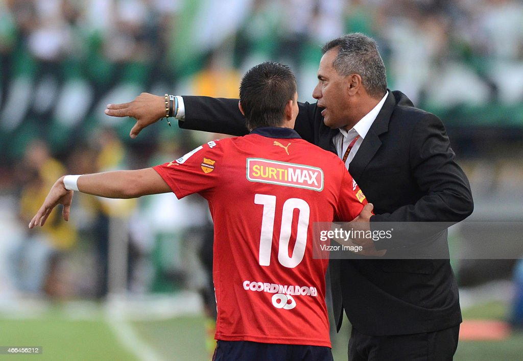 Hernan Torres coach of Deportivo Independiente Medellin gives instructions to <a gi-track='captionPersonalityLinkClicked' href=/galleries/search?phrase=Daniel+Hernandez&family=editorial&specificpeople=2157363 ng-click='$event.stopPropagation()'>Daniel Hernandez</a> (L) during a match between Nacional and Medillin as part of 10 round Liga Aguila I 2015 at Atanasio Girardot Stadium on March 15, 2015 in Medellin, Mexico.