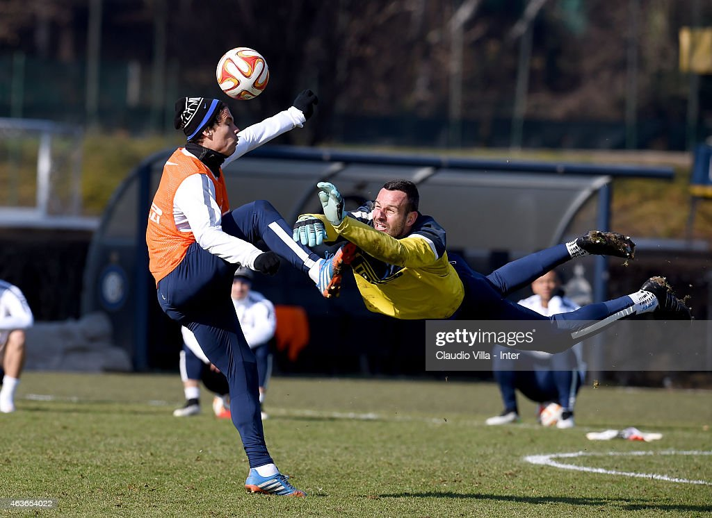 <a gi-track='captionPersonalityLinkClicked' href=/galleries/search?phrase=Hernanes&family=editorial&specificpeople=4522139 ng-click='$event.stopPropagation()'>Hernanes</a> (L) and Samir Handanovic compete for the ball during a FC Internazionale training session at the club's training ground at Appiano Gentile on February 17, 2015 in Como, Italy.