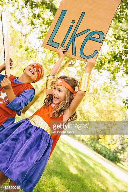 Hero Kinder hält wie Beschilderung