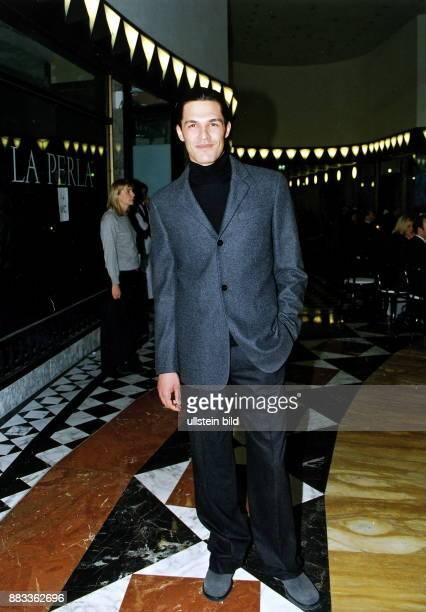 Herrenkollektion Frühjahr / Sommer 1999 der amerikanischen Modedesignerin Donna Model in einem grauen Jacket mit anthrazitfarbener Hose im Quartier...