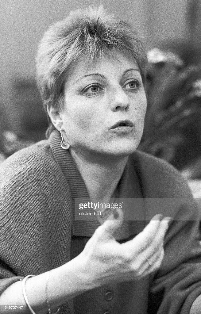 Herta Müller bei Interview in ihrer Wohnung in West-Berlin nach ihrer Ausreise