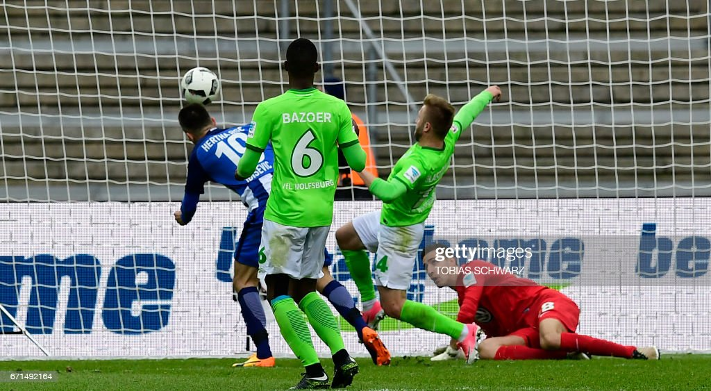 Hertha Berlin's Bosnian forward Vedad Ibisevic (L) scores during the German First division Bundesliga football match between Hertha Berlin and VfL Wolfsburg in Berlin, Germany, on April 22, 2017. /