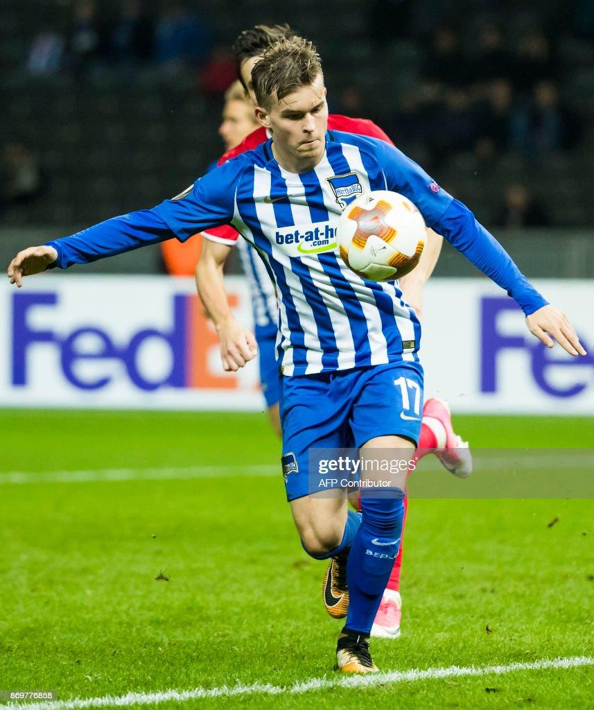 Hertha Berlin's defender Maximillian Mittelstaedt chase the ball during the UEFA Europa League group J football match between Hertha BSC Berlin and FC Zorya Luhansk on November 2, 2017 in Berlin. / AFP PHOTO / Odd ANDERSEN