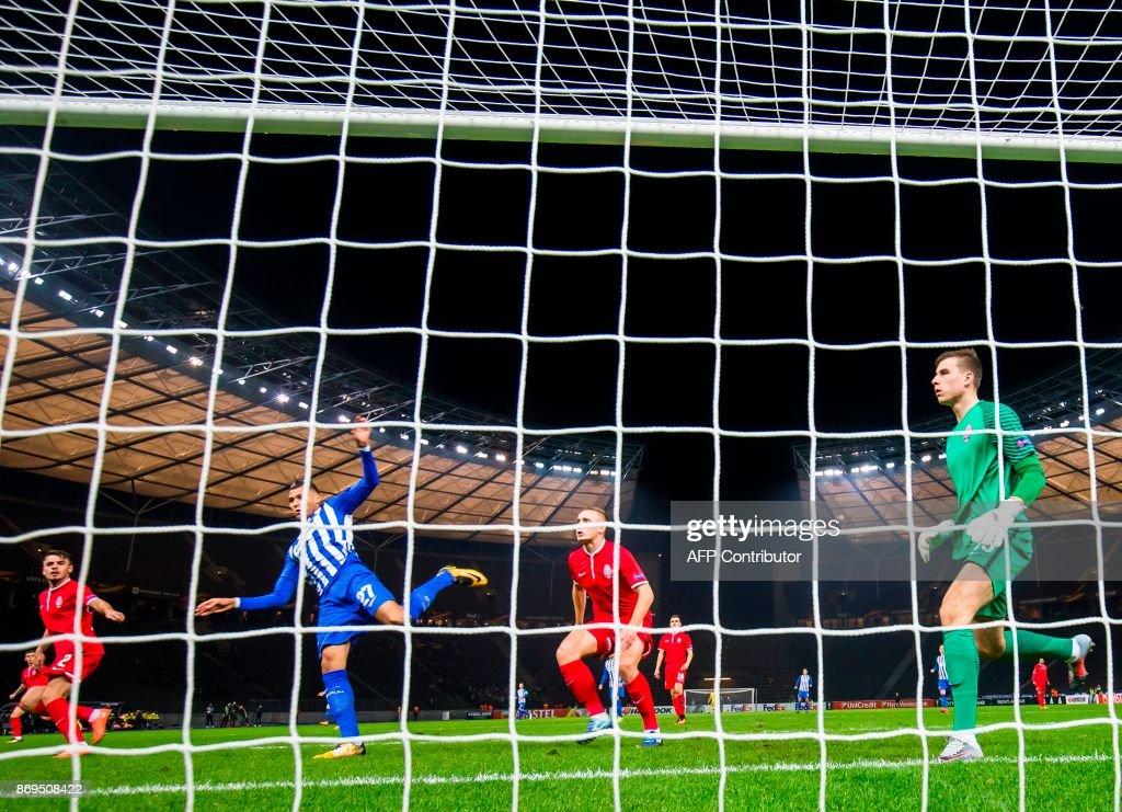Hertha Berlin's forward Davie Selke (2ndL) kicks the ball to score during the UEFA Europa League football match between Hertha BSC Berlin and FC Zorya Luhansk on November 2, 2017 in Berlin. / AFP PHOTO / Odd ANDERSEN