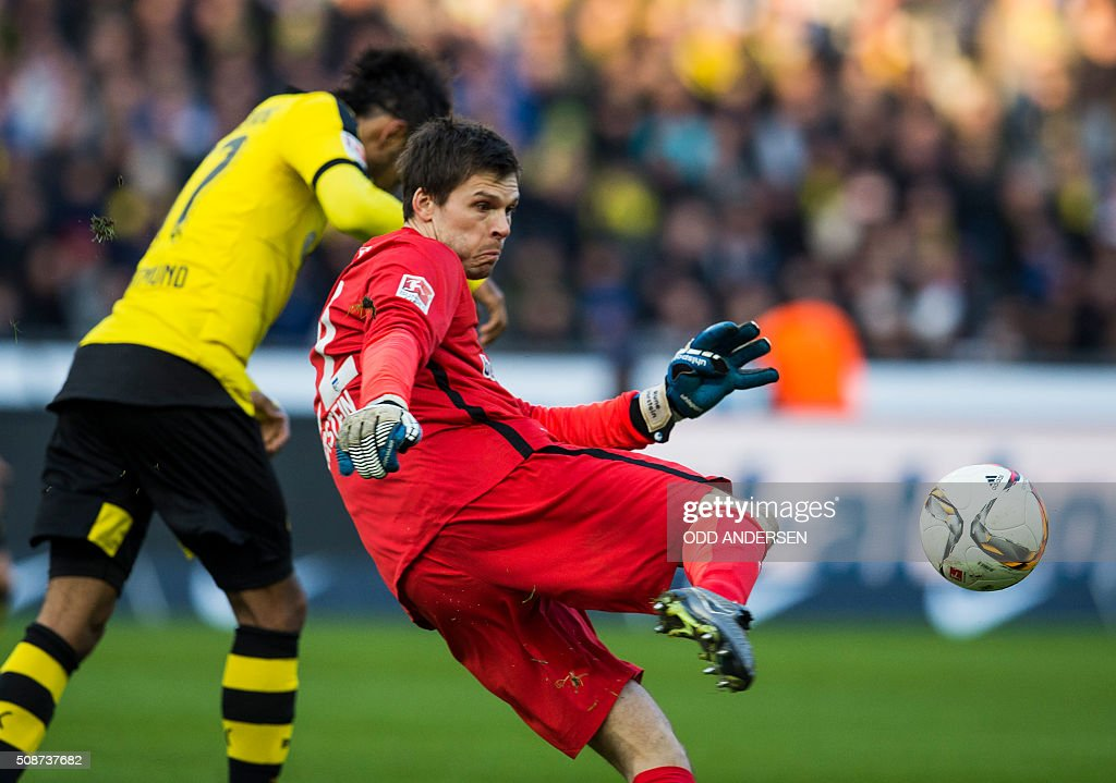 Hertha Berlin's Norwegian goalkeeper Rune Jarstein kicks the ball away from Dortmund's Gabonese midfielder Pierre-Emerick Aubameyang (L) during the German first division Bundesliga football match, Hertha Berlin v Borussia Dortmund, at the Olympic stadium in Berlin on February 6, 2016. / AFP / ODD ANDERSEN /