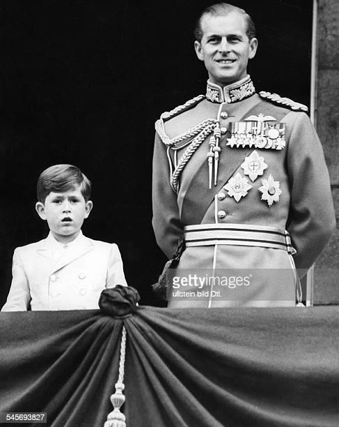 * Herzog von Edinburgh Prinz von Großbritannien und Nordirland Prinzgemahl Königin Elisabeths II mit Sohn Prinz Charles auf dem Balkon des Buckingham...
