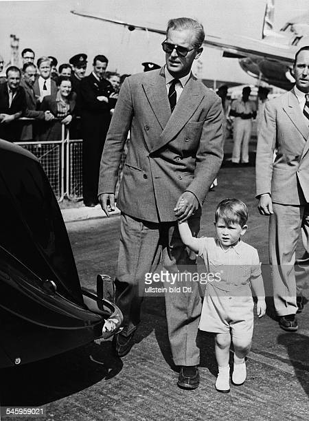 * Herzog von Edinburgh Prinz von Großbritannien und Nordirland Prinzgemahl Königin Elisabeths IImit Sohn Charles auf dem Londoner Flughafen nach...