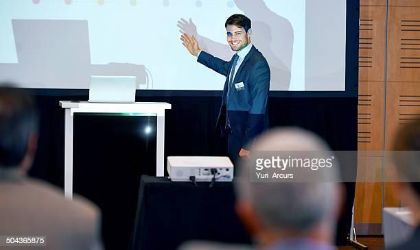 Er ist ein zuversichtlich junger Moderator