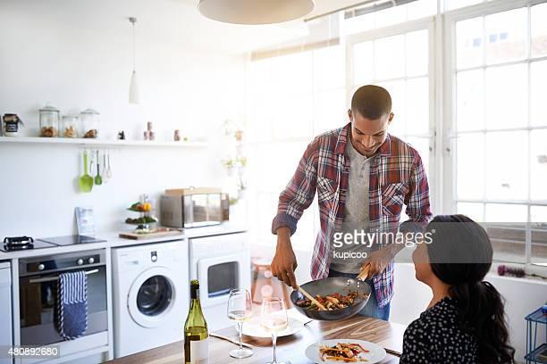 Er ist ein kürzester Zeit in der Küche