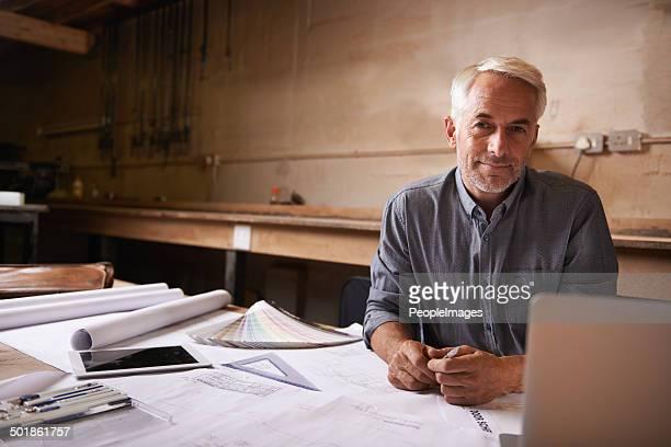 Egli è felice nella sua workshop