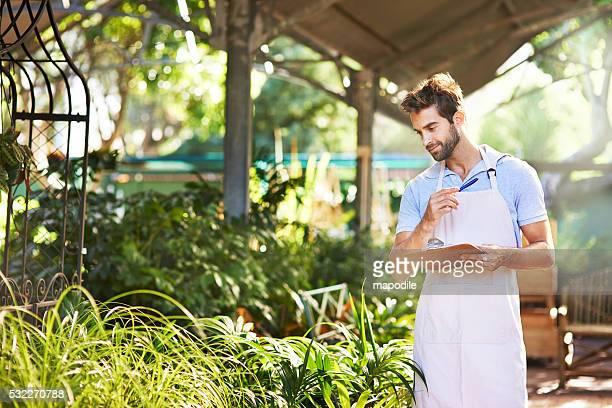 Er ist ausgestattet mit seinem Baby mit einer Vielzahl von Pflanzen