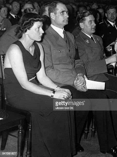 Hess Rudolf *26041894Politiker NSDAP D mit Reichsjugendführer Baldur vonSchirach und dessen Frau Henriette beidem ersten Konzert der Berliner HJ...