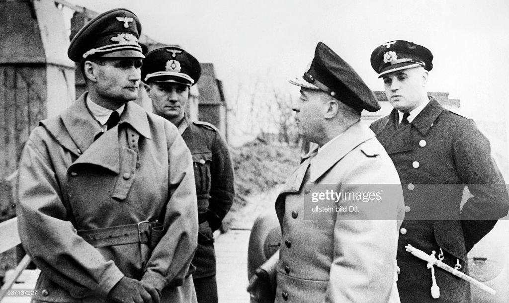 Les inspections sur le mur Hess-rudolf-politiker-nsdap-d-lsst-isch-vom-marinebefehlshaber-der-picture-id537137227