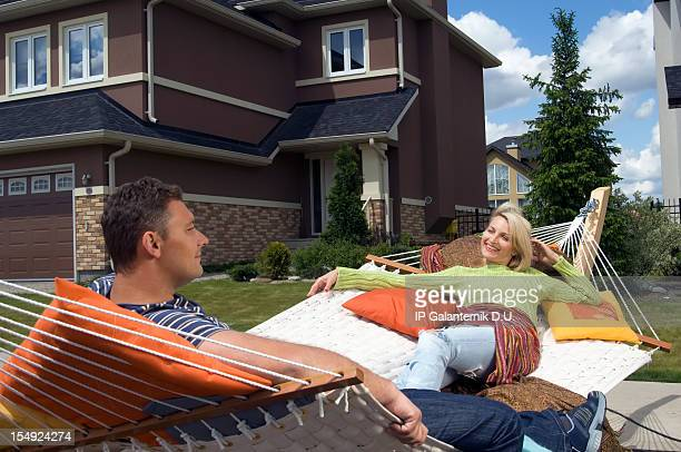 Heterosexuelles Paar entspannenden auf der Vorderseite der new suburban Stunden