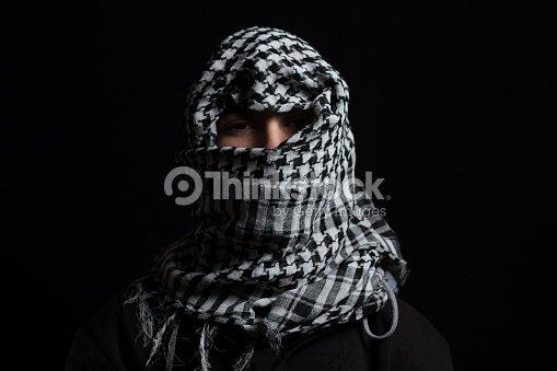 homme caché avec un foulard palestinien sur la tête, en face de fond noir  isolé d7dc5f2cc8f