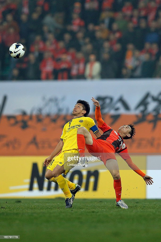 Hidekazu Otani (L) of Kashiwa Reysol competes for an aerial ball with Yang Hao of Guizhou Renhe during the AFC Champions League match between Guizhou Renhe and Kashiwa Reysol on February 27, 2013 in Guiyang, China.