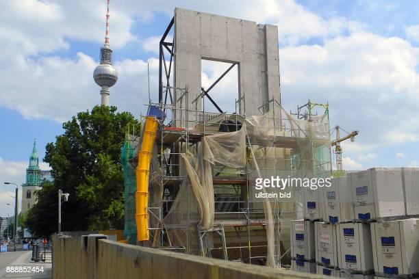 Hier in der Nordoestlichen Ecke der SchlossplatzWiese Visavis vom Dom wurde im Juni 2012 ein Stueck Musterfassade vom spaeteren Stadtschloss...