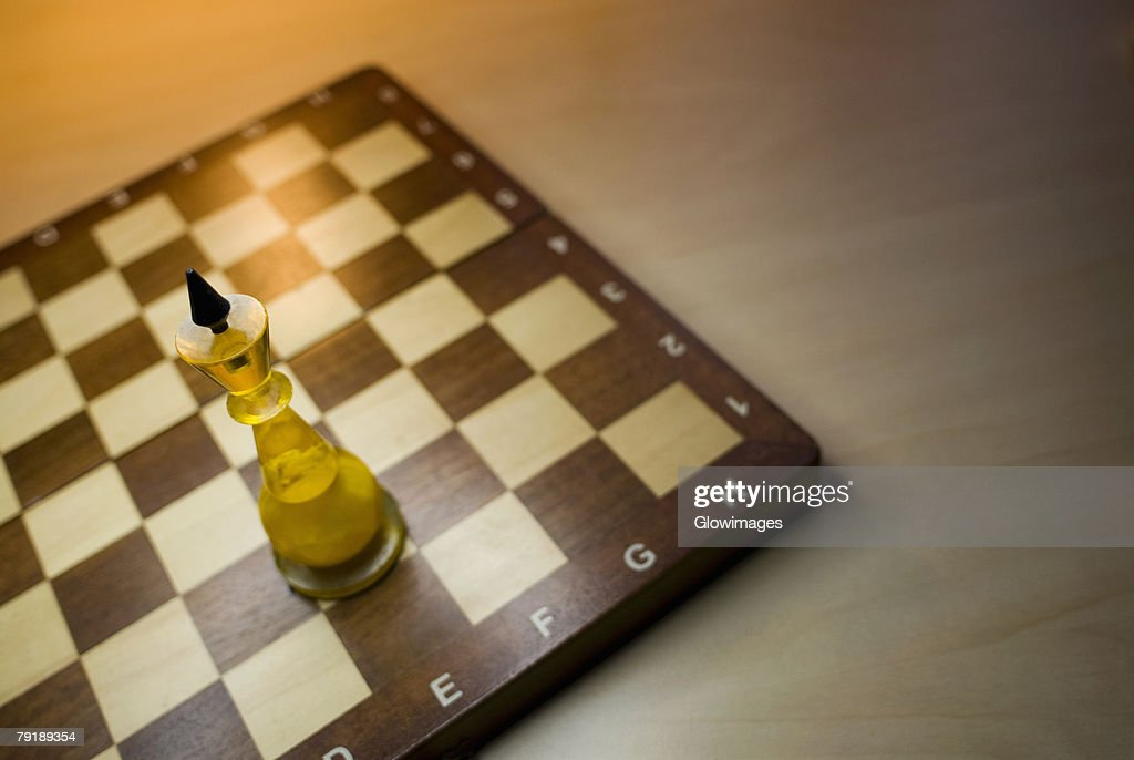 High angle view of a king chess piece on a chessboard : Foto de stock