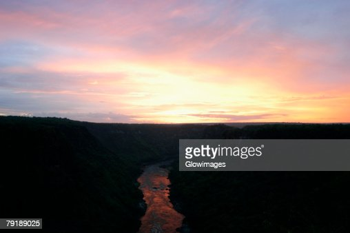 High angle view of a river passing through mountains at sunset, Zambezi River, Zimbabwe : Foto de stock